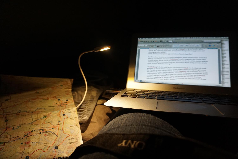 Wo ein Wille ist, da ist auch ein Weg. Der Strom für meine LED Lampe kommt von der Powerbank. Der Laptop hat noch Akkureserve.