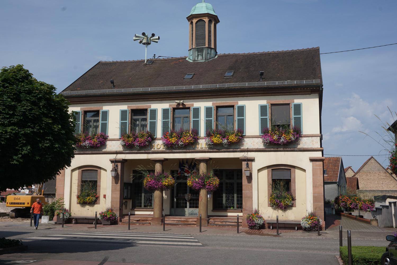 Geschmücktes Rathaus in einem der Dörfer