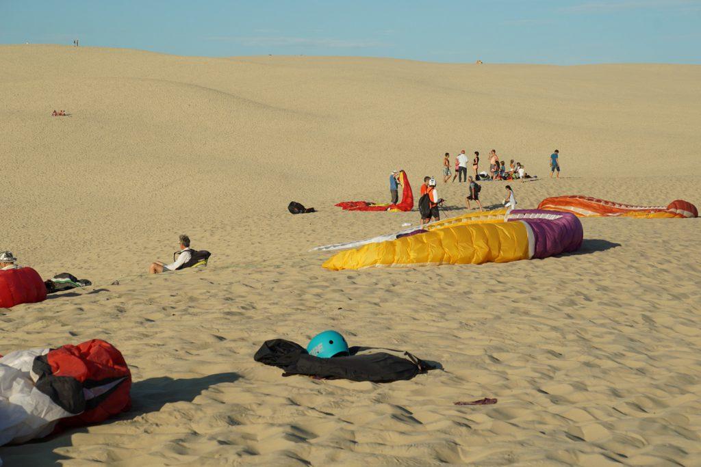 Die Paraglider warten auf Wind