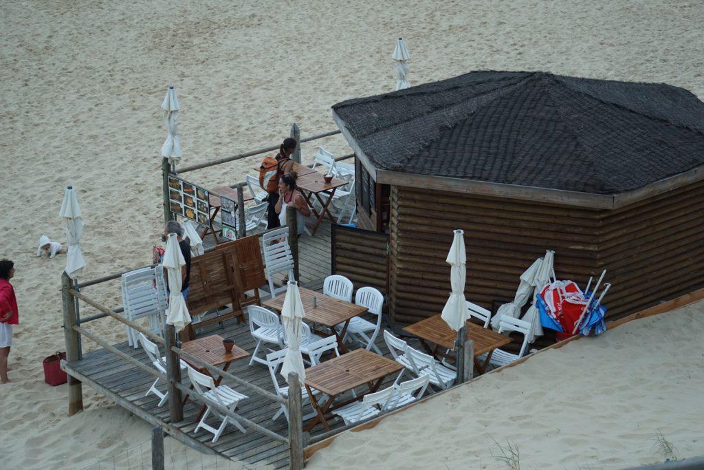 Bier und Essen am Strand