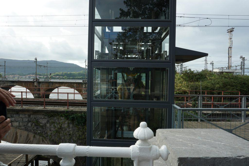 Mit dem Fahrstuhl auf die Brücke