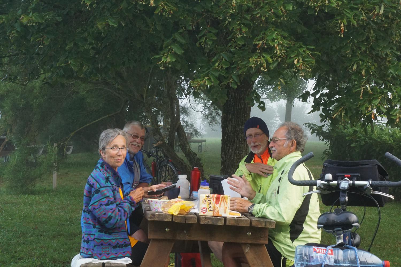 Frühstück auf dem Zeltplatz in netter Runde, 7:15 Uhr