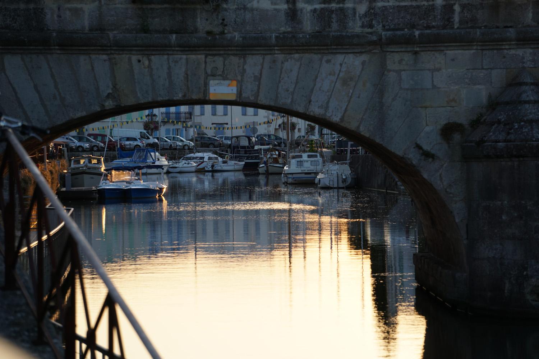Hafen von Merans in der Abenddämmerung