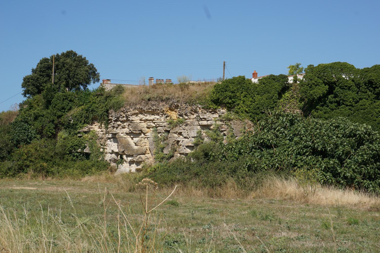 Mitten aus dem ebenen Land ragen plötzlich diese Felsen heraus, auf denen ein Dorf liegt