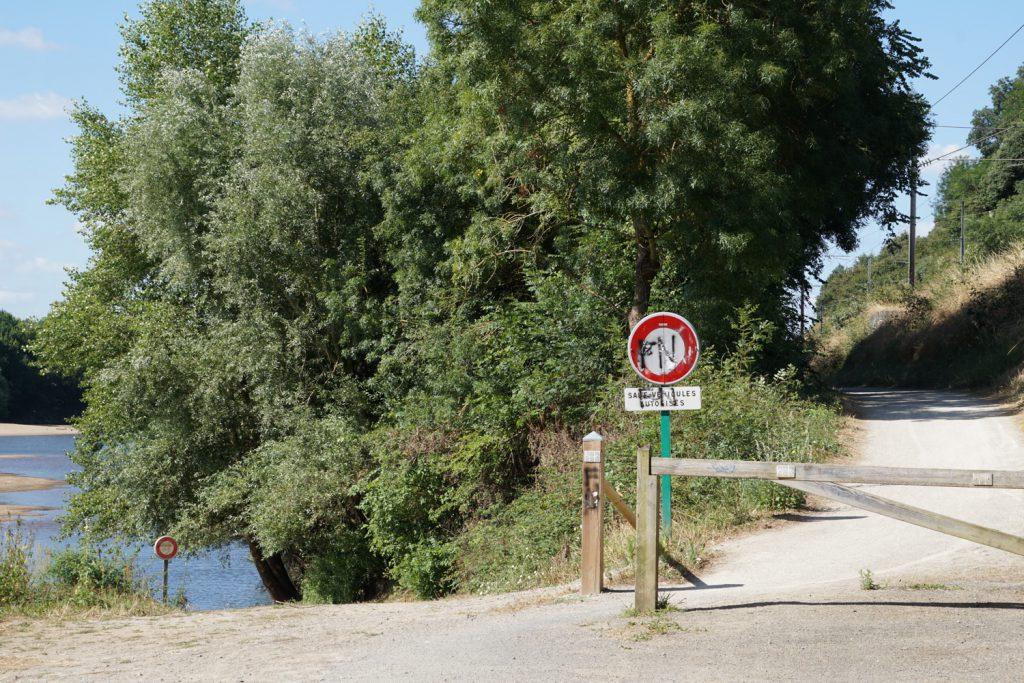 Radweg zwischen Fluß und Bahnlinie