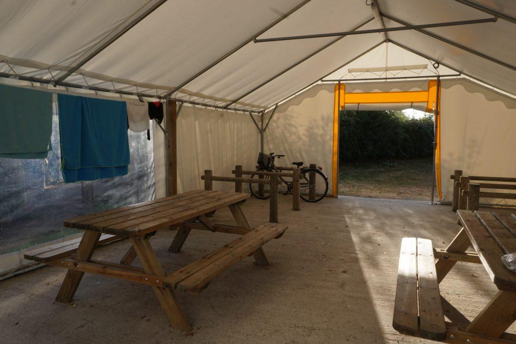 Zeltplatz: Sitzbänke, Wäscheleinen und Fahrradabstellplätze, mal was Neues