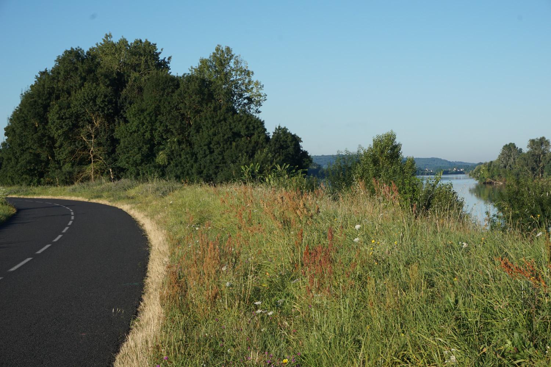 Gute Straße, wenig befahren am Sonntag Morgen mit Blick auf die Loire