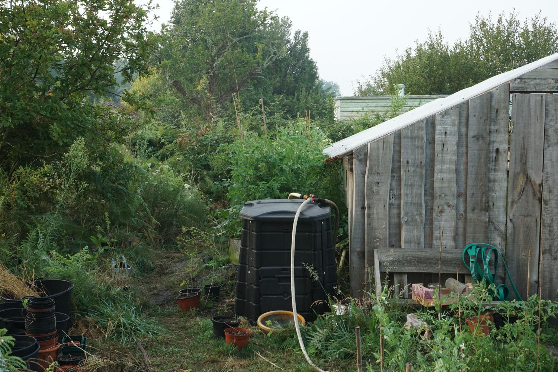 Gewächshaus mit Komposttonne