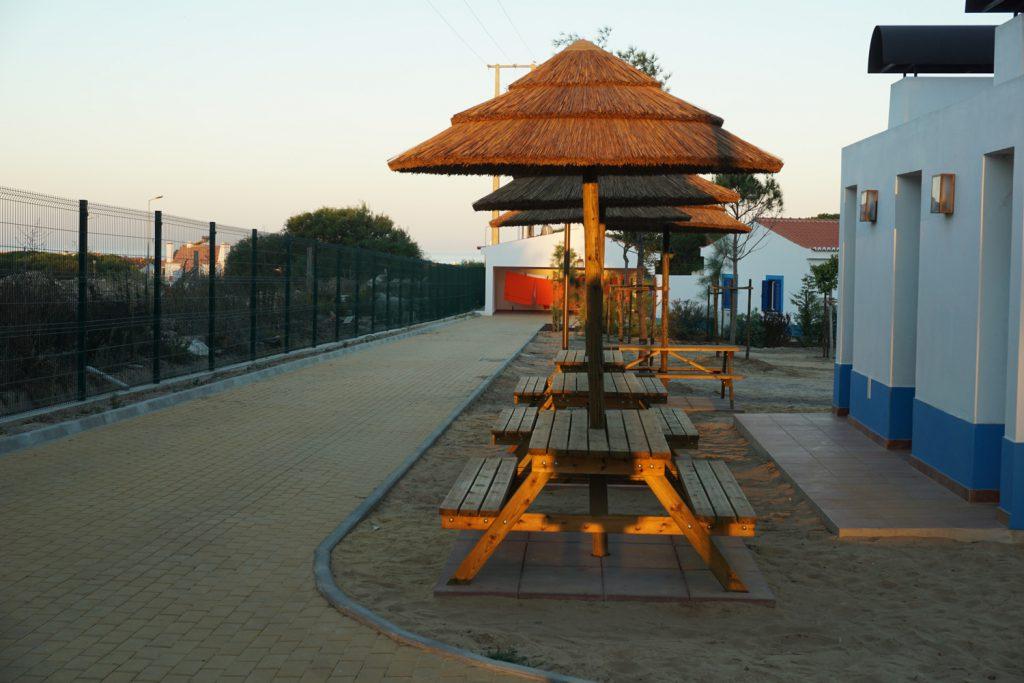 Sitzbänke auf Zeltplatz