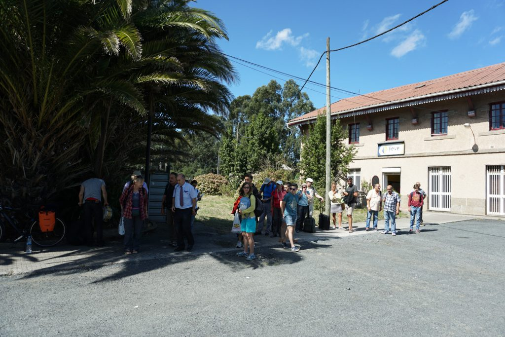 10 Minuten vor Ankunft in Ferrol müssen alle aussteigen. Die Fahrt geht mit dem Taxi weiter.