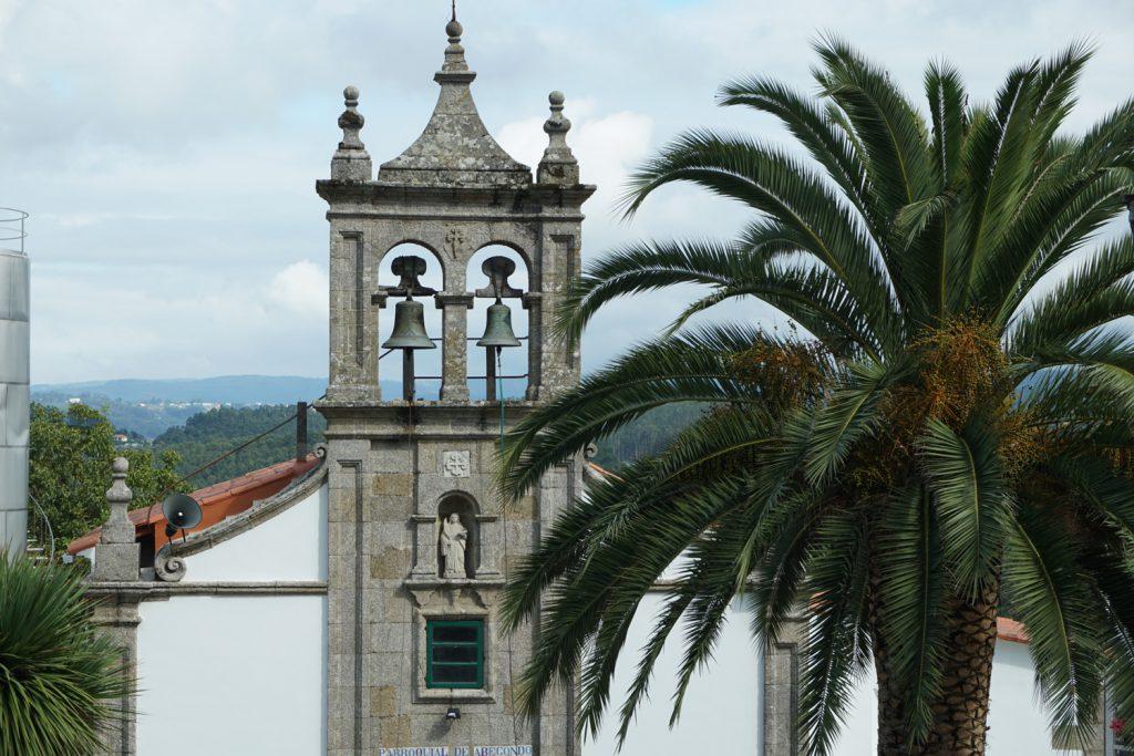 Kirche vor bergigen Hintergrund