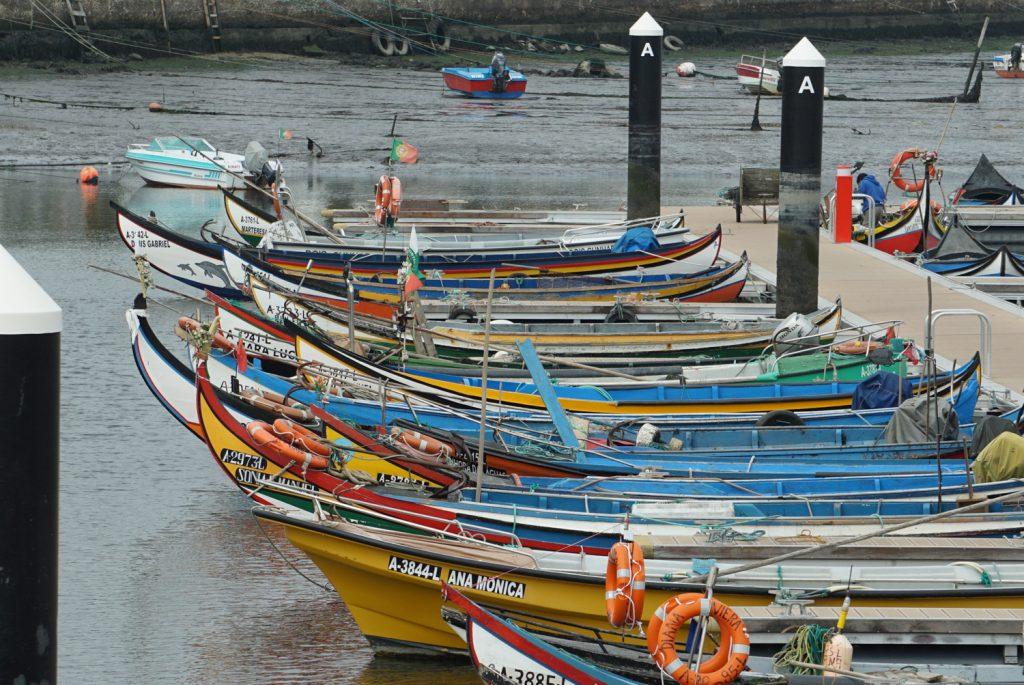 Bunte Boote im Hafen