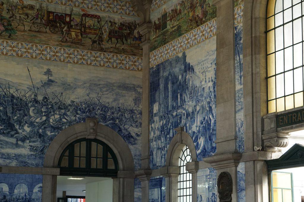Bahnhof mit berühmten Wandbildern aus Azulejos