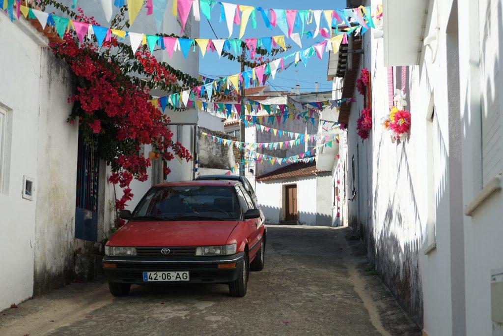 Geschmückte Straße in Odeceixe