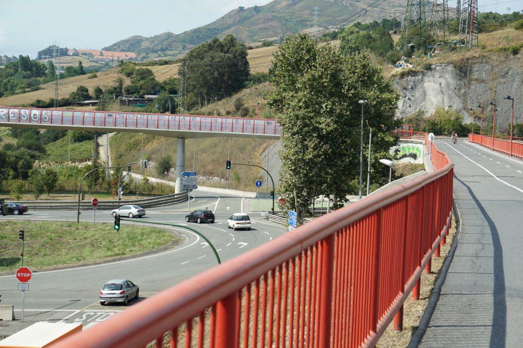 Rad- und Fußwege als Extrabrücke über die Bundesstraße