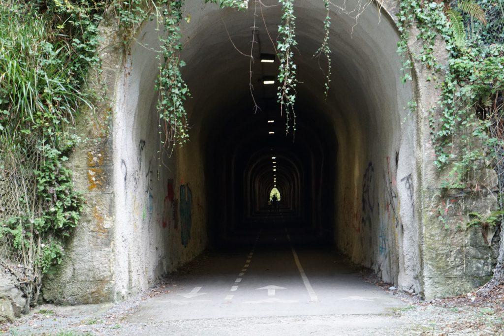 Radweg durch Tunnel