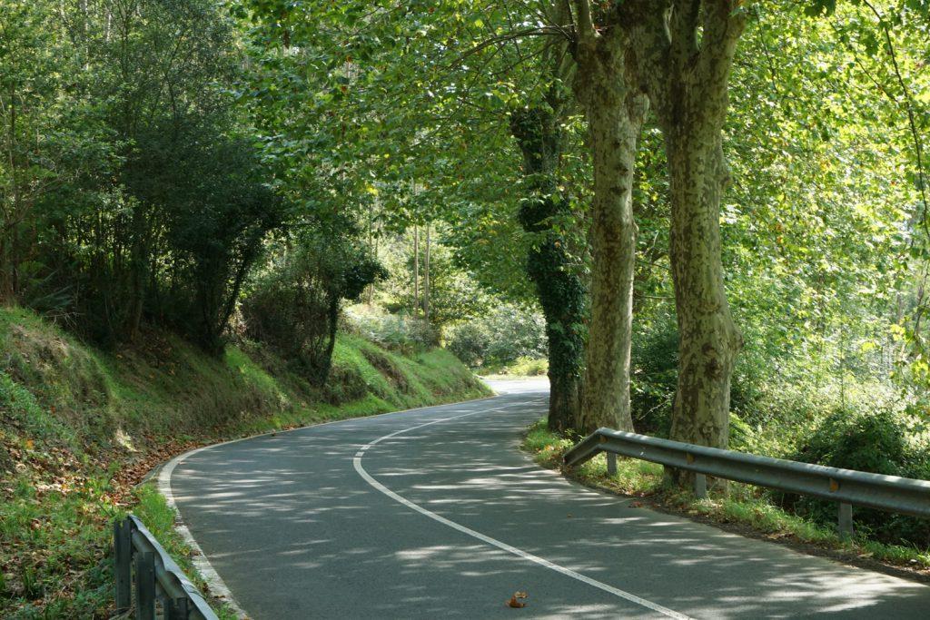 Straße mit Steigung