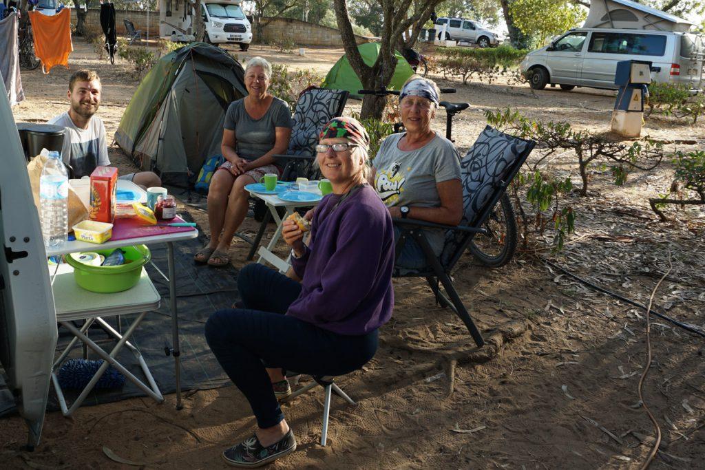 Gemeinsames Frühstück mit den Zeltnachbarn