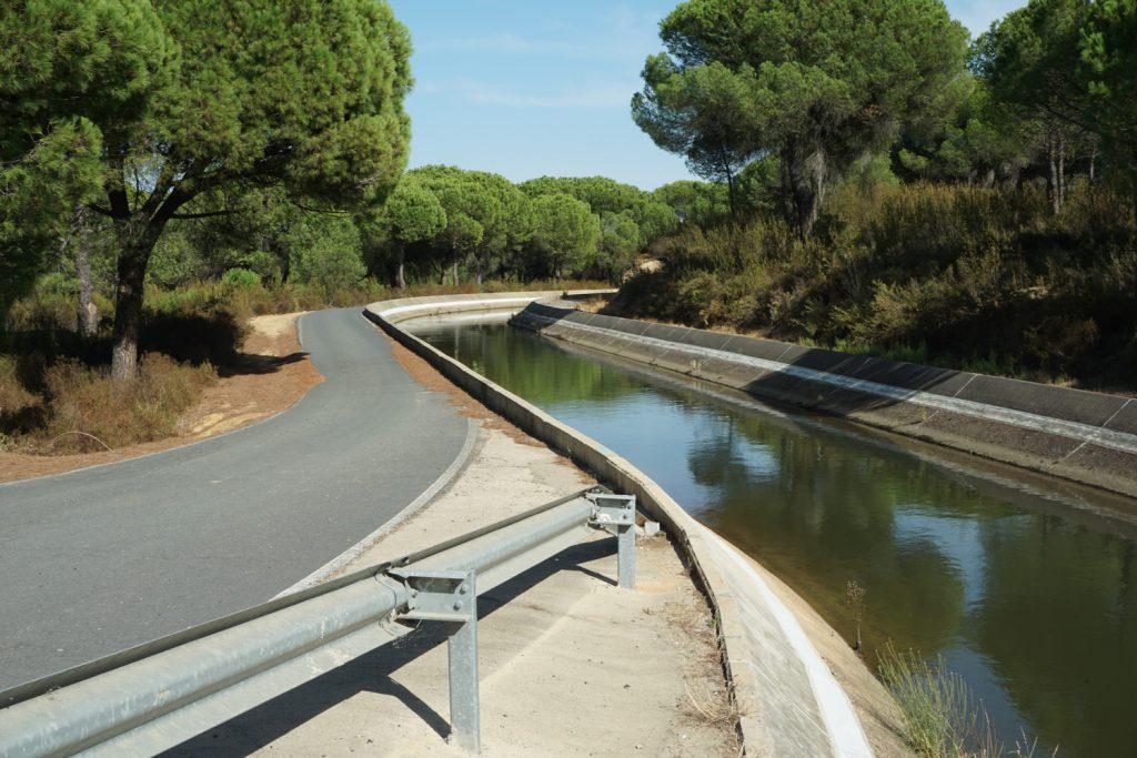 Bewässerungskanal mit schönem Weg