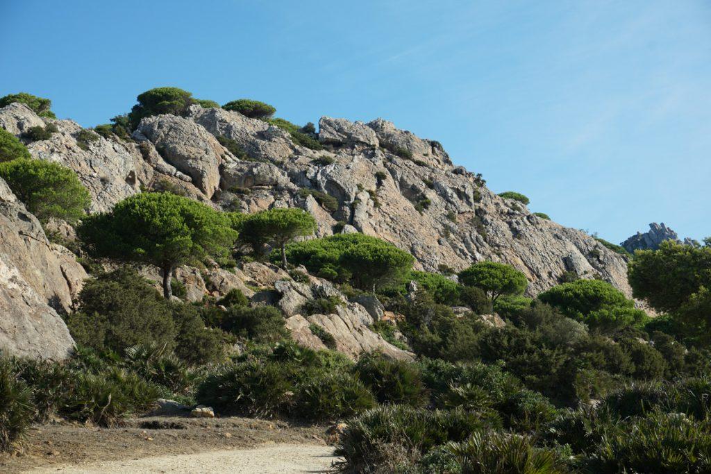 Spektakuläre Kuliise, links die Felsen, rechts die Küstenlinie