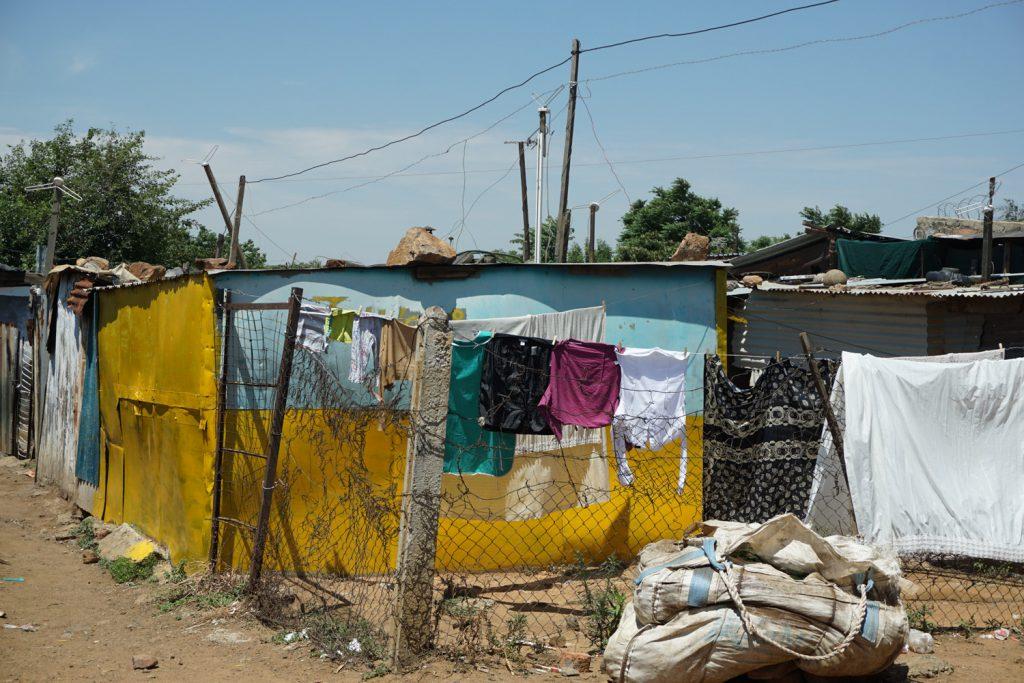 Hütten in Soweto mit Stromversorgung (illegal)