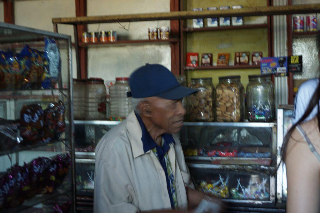 80-jähriger Mann, der seit 50 Jahren seinen Laden betreibt